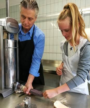 In der Bio-Metzgerei von Ludwig Hatecke helfen die Kinder beim Wursten.