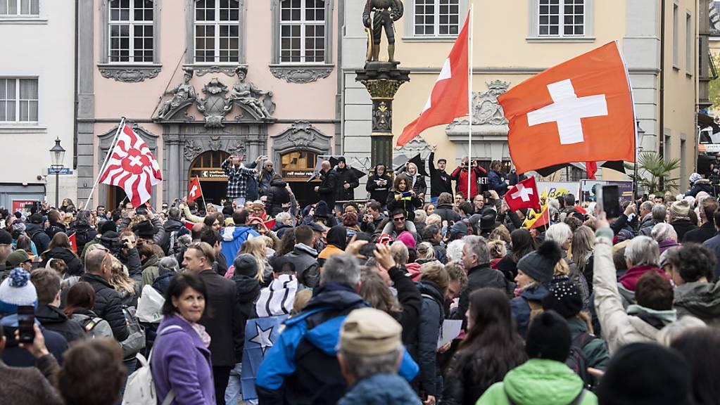 Corona-Skeptiker bewegen sich bei einem nicht bewilligten Demonstrationsumzug gegen die Corona-Massnahmen und Maskenpflicht durch Schaffhausen.