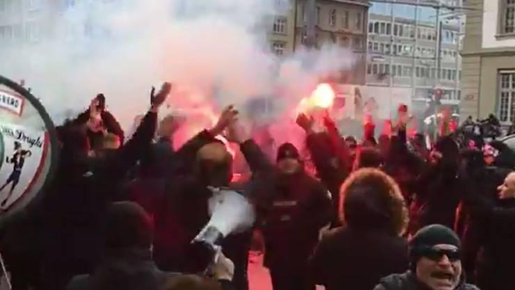 Juve-Fans sorgen am Berner Bahnhof für Stimmung.