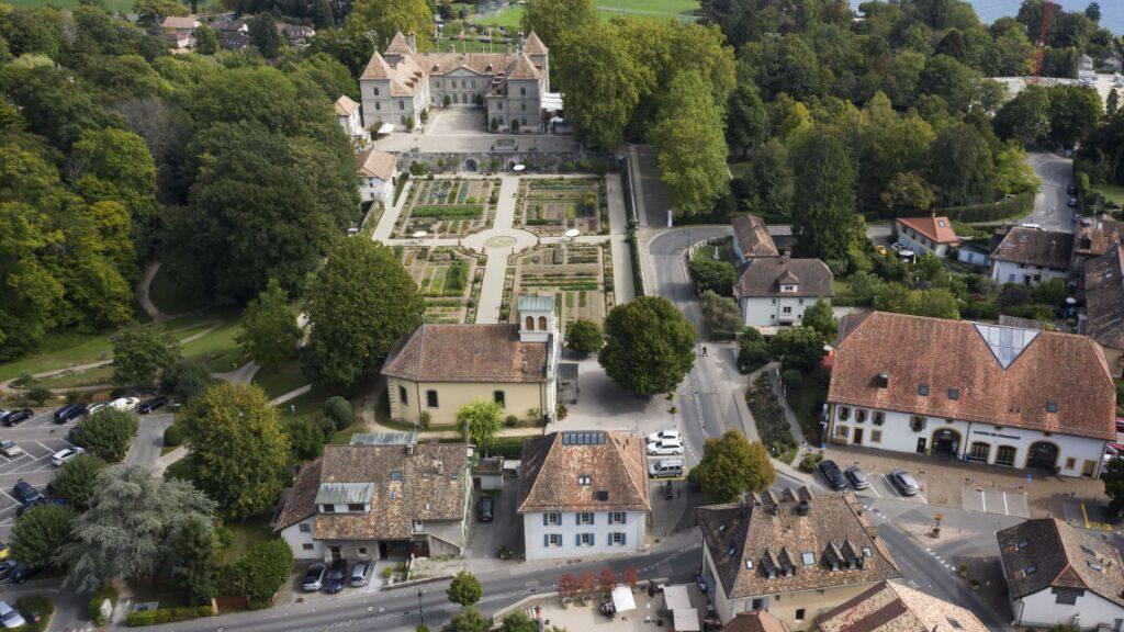 Zugunsten des Erhalts des wertvollen Ortsbildes hat Prangins VD Sichtachsen wie diejenige zwischen Schloss und See freigehalten. (Archivbild)