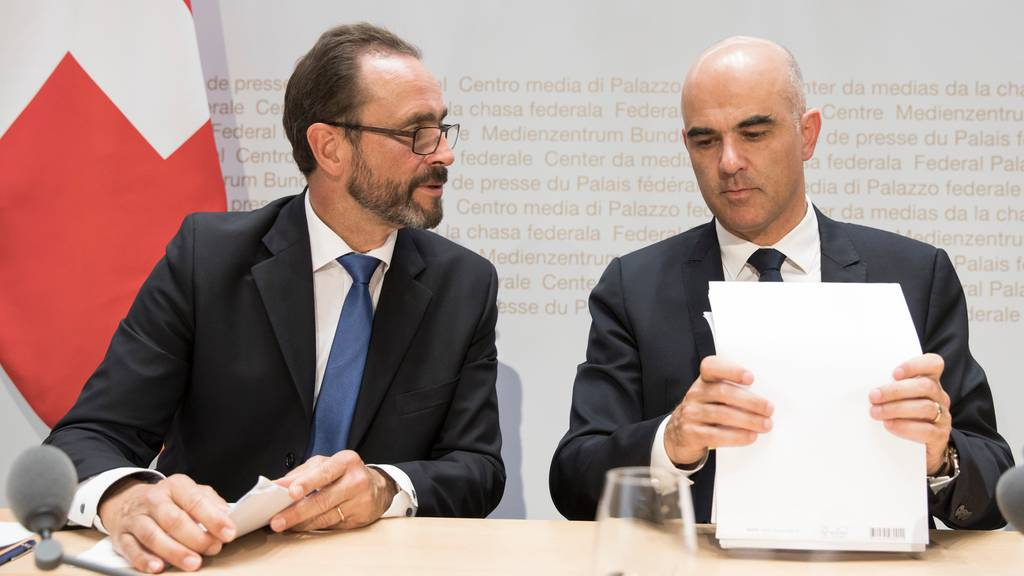 Pascal Strupler, Direktor des BAG und Alain Berset zeigen sich beunruhigt über den erneuten Anstieg der Corona-Fälle.