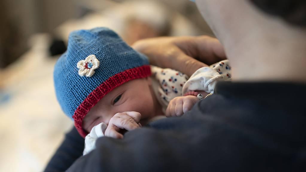 Die UBS gewährt nun vier statt zwei Wochen Vaterschaftsurlaub. (Symbolbild)