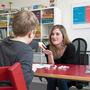 Sira Kaiser, Co-Präsidentin des Vereins Logopädinnen und Logopäden des Kantons Solothurn, übt mit einem Schüler das «P»