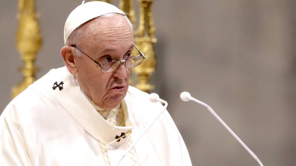 ARCHIV - In der Debatte um die Freigabe von Patenten für Corona-Impfstoffe hat sich Papst Franziskus für die vorübergehende Aussetzung der Rechte am geistigen Eigentum ausgesprochen. (Archivbild) Foto: Andrew Medichini/AP/dpa