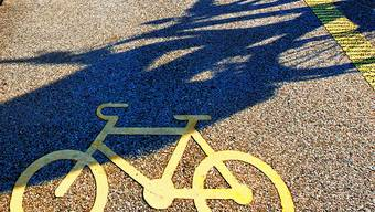 Ein Motorradlenker, sowie eine Roller- und Velofahrerin verunfallten. (Symbolbild)