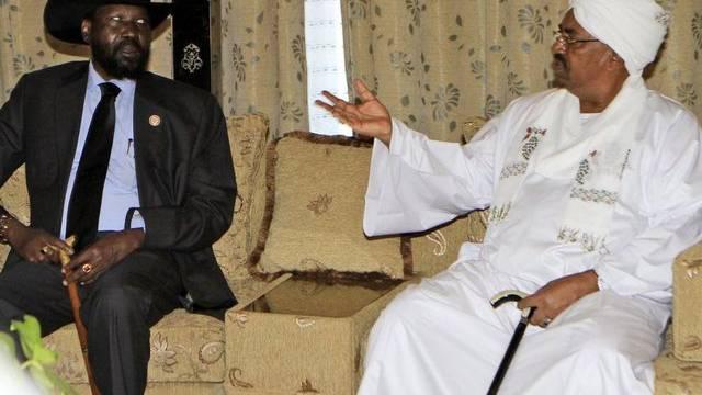 Der südsudanesische Präsident Salva Kiir (l.) spricht mit seinem sudanesischen Amtskollegen Omar al-Baschir (Archiv)