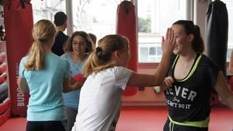 Die Schülerinnen lernen, wie sie sich gegen Angreifer wehren können.