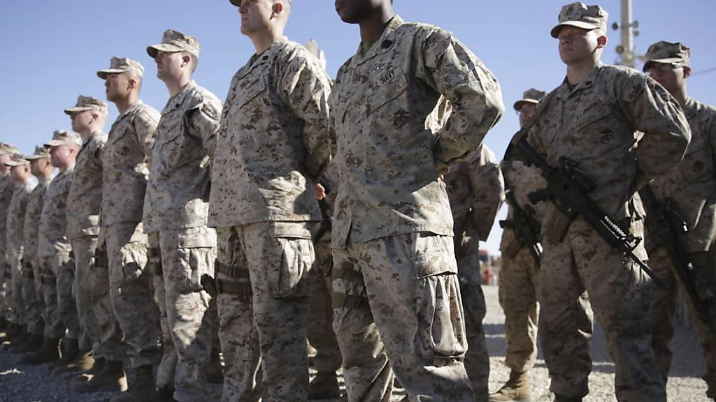 ARCHIV - US-Marines stehen während der Zeremonie zum Kommandowechsel auf dem Militärgelände der Task Force Southwest im Militärlager Shorab in der Provinz Helmand. Nach fast 20 Jahren Einsatz beginnt der offizielle Abzug der internationalen Truppen aus Afghanistan. Foto: Massoud Hossaini/AP/dpa