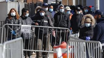Patienten mit Gesichtsschutz vor einem Spital in New York: Die Millionenstadt ist derzeit der Corona-Hotspot der USA.