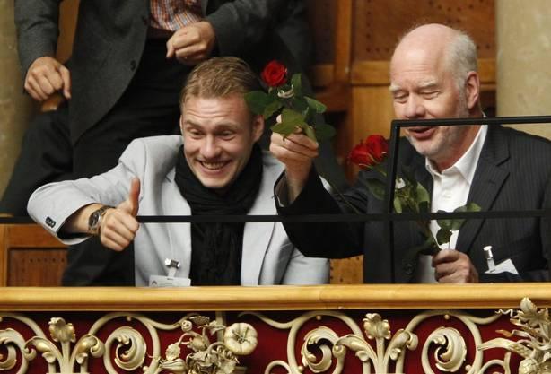 Ab November 2010 ist Sommaruga Bundesrätin - im Bild ihr Mann Lukas Hartmann (rechts), der sich mit Sohn Jonas Hartmann über die Wahl freut.