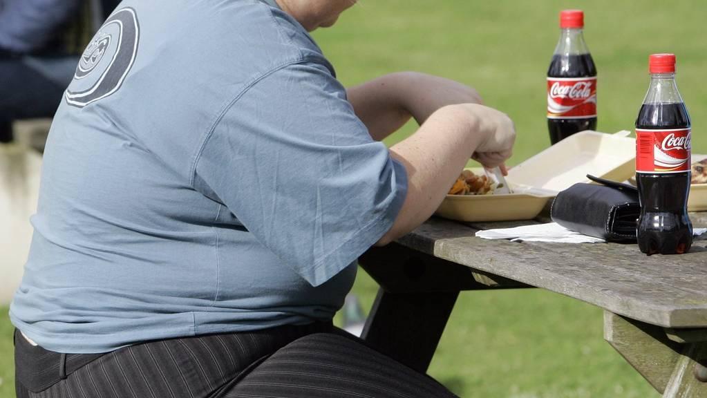 Ungesunde Ernährung und daraus resultierende Fettleibigkeit ist in Grossbritannien seit Jahren ein Thema. Das Land hat eine der weltweit grössten Adipositas-Raten. Der britische Premierminister Boris Johnson will nun mittels Kampagnen dagegen vorgehen. (Archivbild)