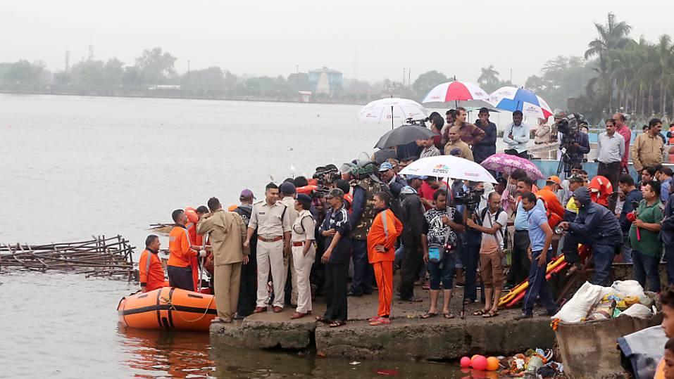 Bei einer religiösen Zeremonie in Indien sind mindestens zwölf Menschen ums Leben gekommen. EPA/SANJEEV GUPTA