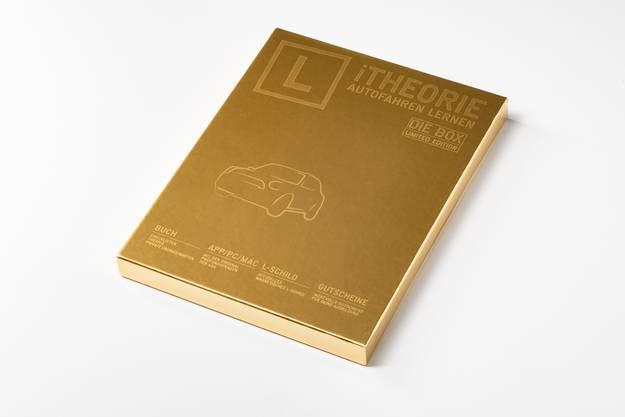 Für angehende Neulenker empfiehlt sich die Geschenkbox «iTheorie - Limited Edition». Sie beinhaltet ein Übungsbuch zur Verkehrstheorie, einen Gutschein für diverse Apps, mit denen man sich digital auf die Prüfung vorbereiten kann, ein magnetisches «L» und einen Ratgeber für private Übungsfahrten, sodass sich auch die Eltern gewissenhaft auf das «Projekt Fahrausweis» vorbereiten können. Die Geschenkbox kommt in edlem Schwarz oder Gold daher und ist damit auch ein Geschenk, das nicht nur mit seinem Inhalt, sondern auch optisch überzeugt. Erhältlich ist das sinnvolle Geschenk für 79.90 Franken entweder im im Fachhandel oder im Online-Shop: https://shop.itheorie.ch