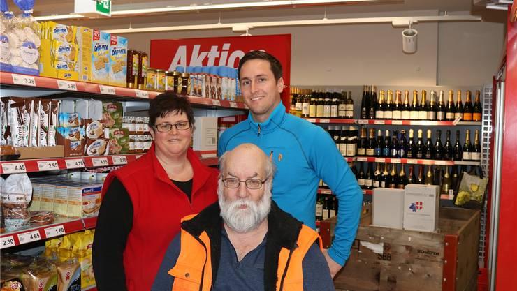 Filialleiterin Karin Brändli, Präsident der Ladengenossenschaft Hansruedi Frei (vorne) und Verkaufsleiter Manuel Reber freuen sich über den neu gestalteten Laden.