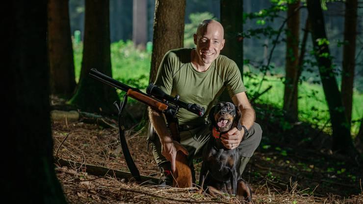 Ab durchs Dickicht: Jagdaufseher Christian Ebnöther streift mit seiner Hündin Amy durch den Wald und sorgt für den Tier- und Waldschutz.