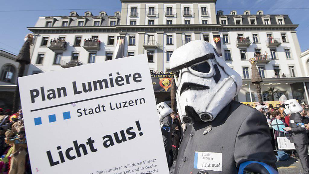 War auch ein willkommenes Fasnachtssujet in Luzern: Der Streit der Stadt mit dem Hotel Schweizerhof um farbig beleuchtete Fenster geht in eine neue Runde. (Archivbild)
