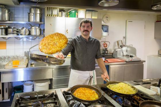 Der gelernte Koch Bernhard Knechtle verarbeitet pro Saison knapp 16 Tonnen Kartoffeln zu Rösti. Von Hand geschält.