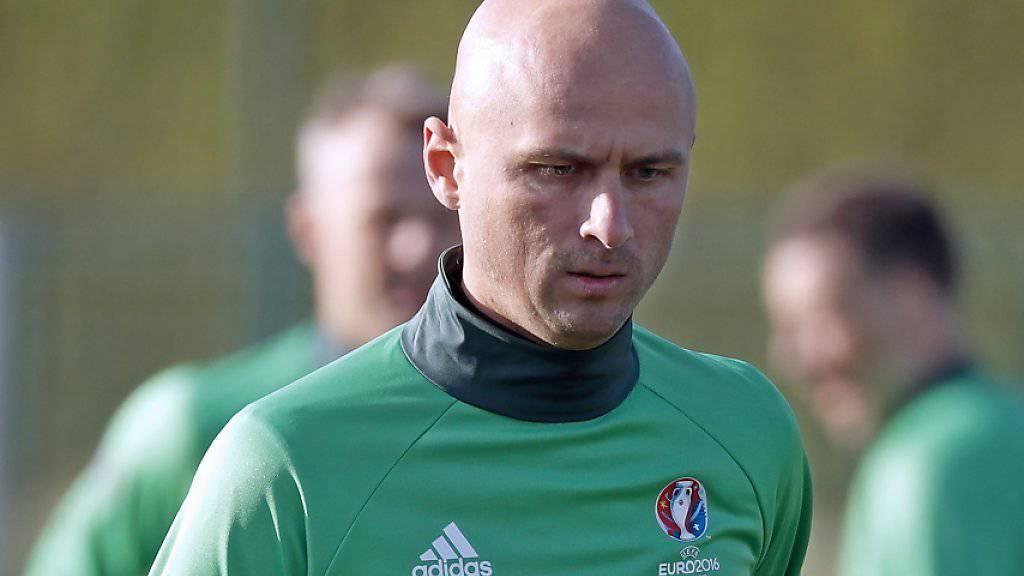 Der Russe Sergej Karasew pfeift am Mittwoch in Paris das zweite EM-Vorrundenspiel der Schweiz gegen Rumänien