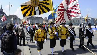 Frauen sollen in alle Basler Zünfte, Ehrengesellschaften und ähnliches aufgenommen werden, so die Forderung im Bürgergemeinderat.