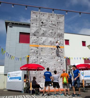100 Jahre ist ein stolzes Alter. Das dachte sich auch die Belegschaft der Raiffeisenbank Kelleramt-Albis und feierte gleich von Freitag bis Sonntag den hohen Geburtstag.Mut an der Kletterwand.