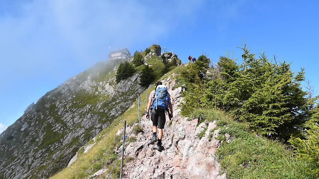Ein Wanderer beim Aufstieg auf den Grossen Mythen. (Archivbild)