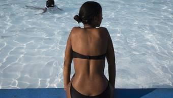 Weil sonnengebräunte Haut nach wie vor als schön gilt, gehen auch Minderjährige in Solarien. Diese sind jedoch gerade für junge Menschen nicht ungefährlich. (Symbolbild)