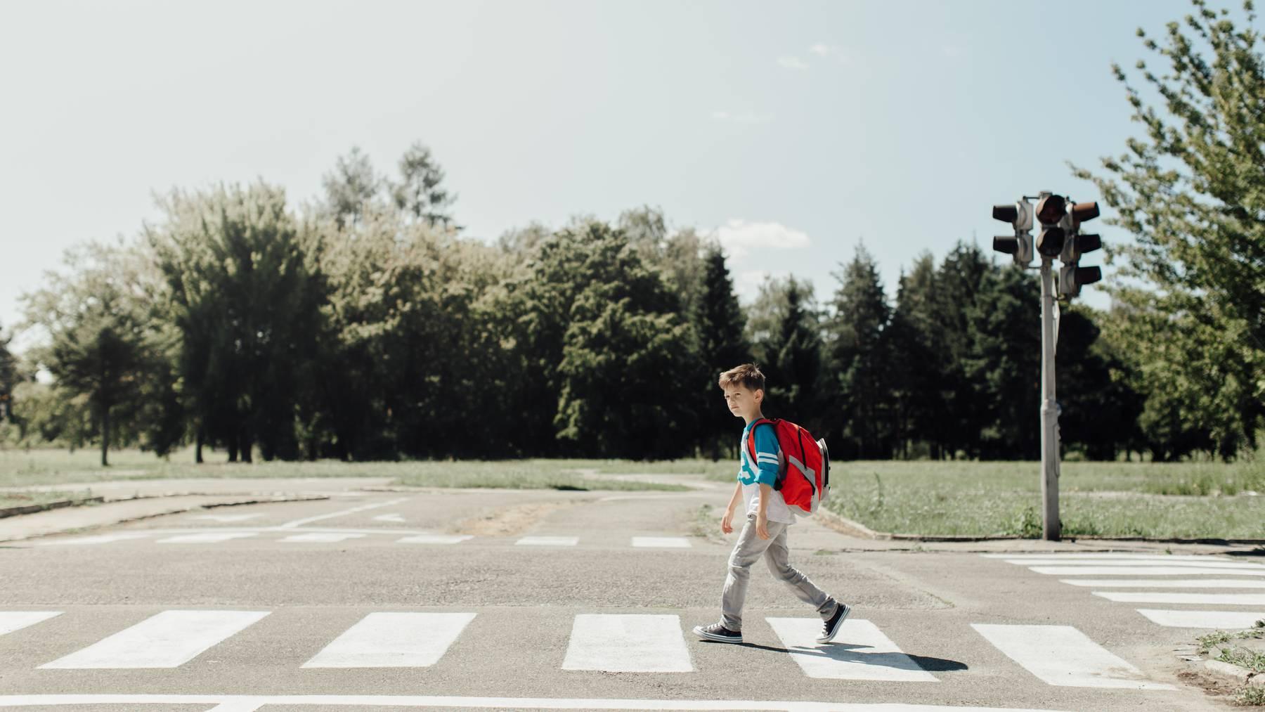 Junge auf Fussgängerstreifen (Symbolbild)