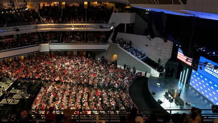 Tausende von Studenten folgten Präsident Trumps Ausführungen in der Dream City Church in Phoenix – dicht an dicht und grösstenteils ohne Maske.