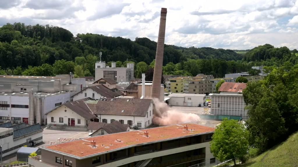 118 Jahre alt und 56 Meter hoch: Hochkamin in Neuenegg gesprengt