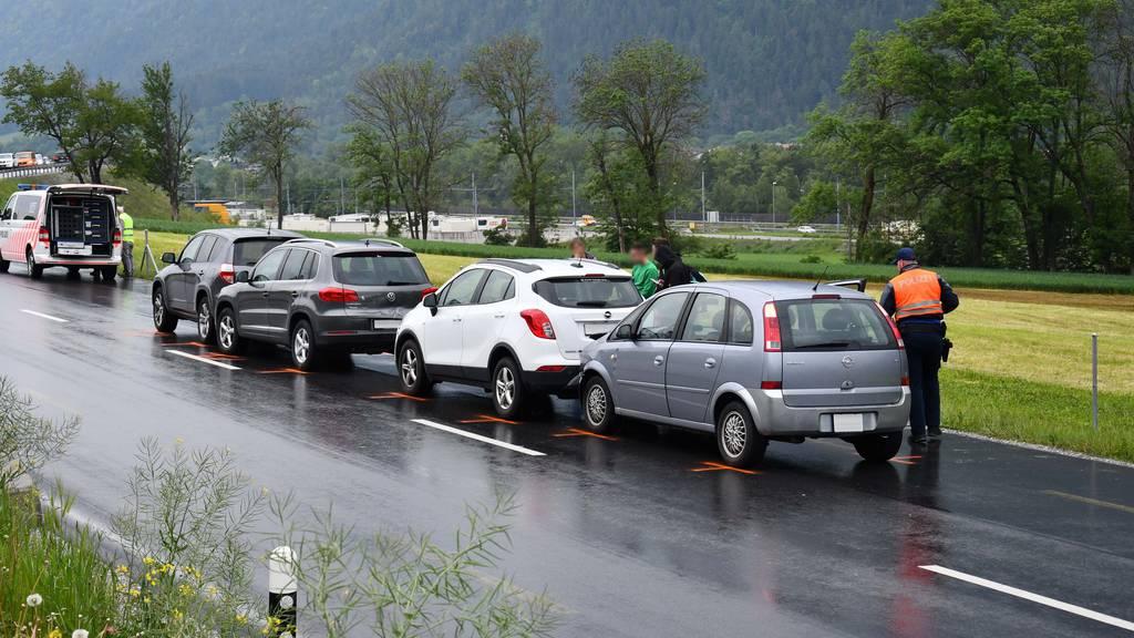 Weil ein vierter Autofahrer nicht bemerkte, dass die drei Autos vor ihm bremsten, schob er alle Fahrzeuge ineinander.