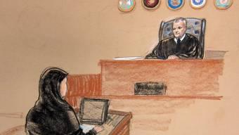 Zeichnung der 9/11-Anhörung zeigt die Anwältin des Angeklagten Walid bin Attash und den Richter (Archiv)