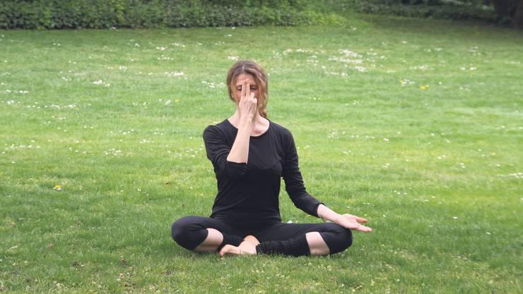 Zur Entspannung einige Minuten sanft durchs linke Nasenloch einatmen und durchs rechte ausatmen.
