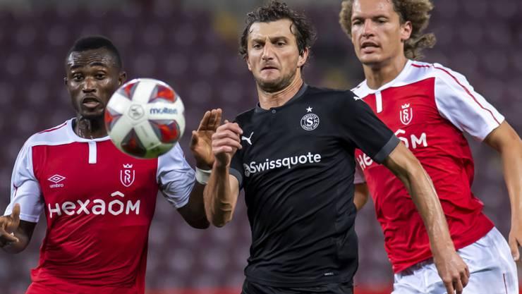 Mit der Rückkehr des verletzt gewesenen Schlüsselspielers Miroslav Stevanovic (Mitte) könnte sich bei Servette einiges zum guten wenden
