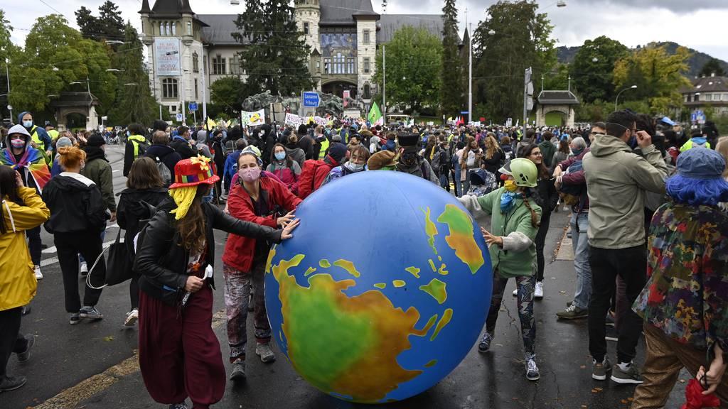 Aktivistenzogen durch Berner Innenstadt