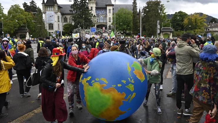 Klimaaktivisten versammelten sich am Freitag auf dem Helvetiaplatz in Bern und zogen anschliessend durch die Innnenstadt.
