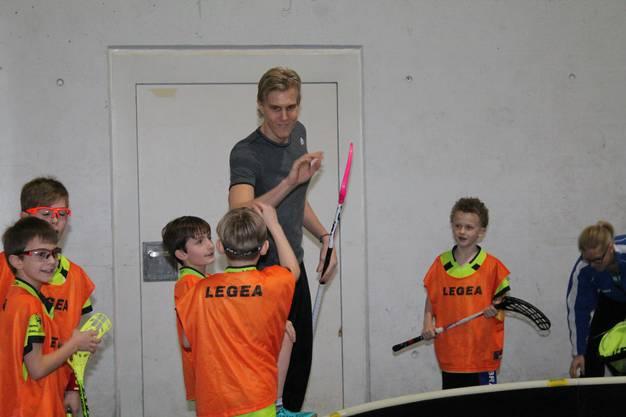Abklatschen mit dem schwedischen Nationalspieler.