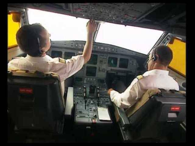 War beim Germanwings-Absturz nur ein Pilot im Cockpit? Dieses Video zeigt im Detail, wie die verstärkte Türe funktioniert.