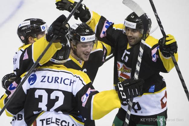 Ein Grund zu jubeln, die Spieler von Ajoie feiern das 3:2 beim Swiss Ice Hockey Cup Viertelfinal.