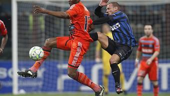 Inters Wesley Sneijder (r.) kommt gegen Stephane Mbia zu spät.