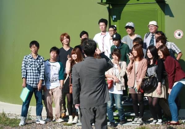 Victoryzeichen: Japanische Studenten am Fuss der grössten Schwarzwälder Windanlage.
