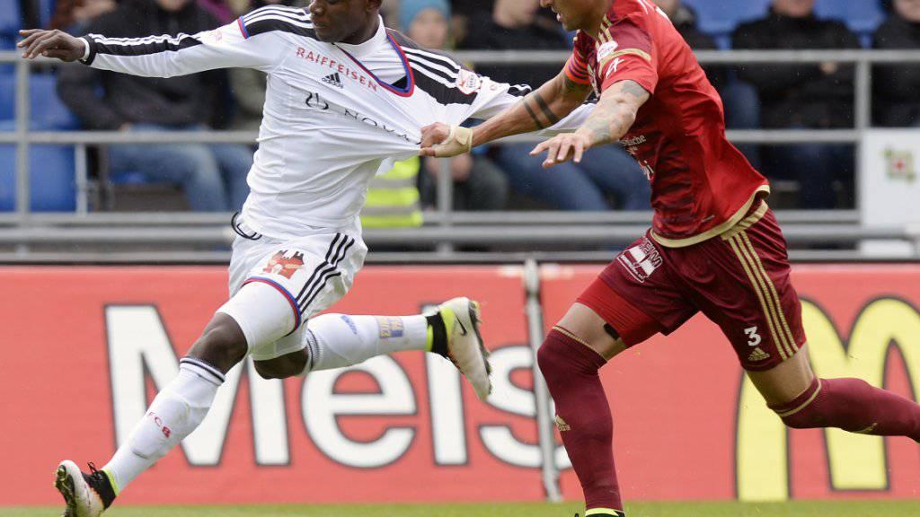 Vaduz hatte Basel gut im Griff: Vaduz-Captain Simone Grippo hält Breel Embolo zurück.
