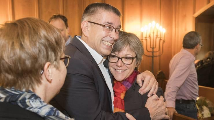 Vizeammann Markus Schneider (CVP) freut sich nach seiner Wahl zum Stadtammann mit Regula Dell'Anno-Doppler (SP), der neuen Frau Vizeammann.