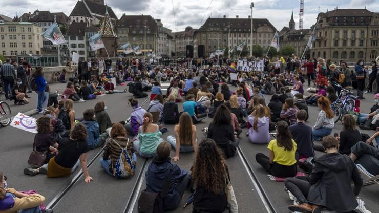 Rund 300 Streikende nehmen die Brücke in Beschlag und lauschen den Reden.