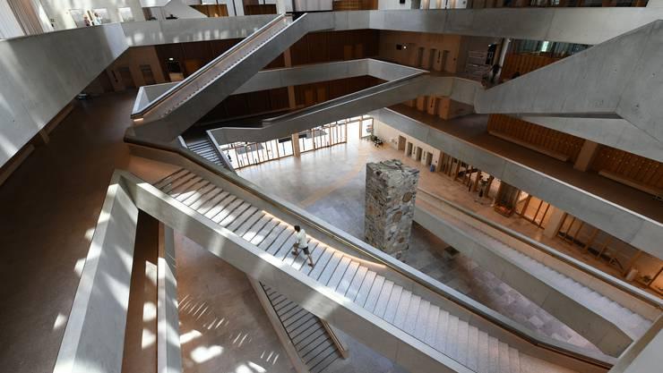Die Eingangshalle des Neubaus mit den diagonalen Treppen und dem riesigen Kunst-Monolith in der Mitte.