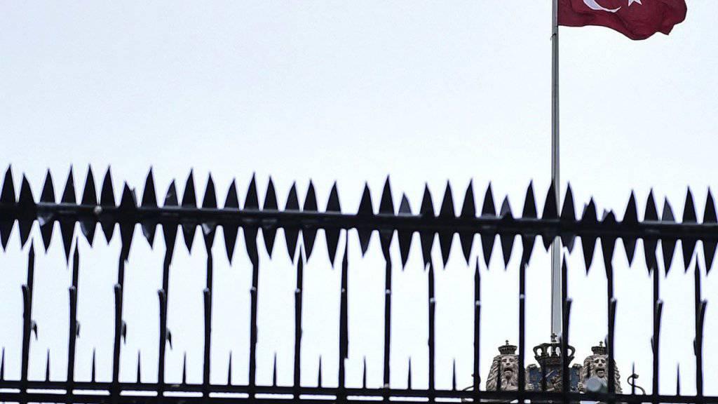 Ein Türke ersetzte die niederländische Flagge auf dem Konsulat in Istanbul mit der türkischen Flagge