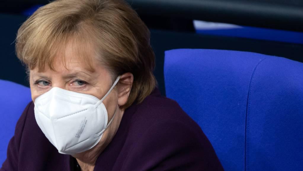 Bundeskanzlerin Angela Merkel (CDU) sitzt bei der Aktuellen Stunde in der Plenarsitzung im Deutschen Bundestag auf der Regierungsbank. Foto: Bernd von Jutrczenka/dpa