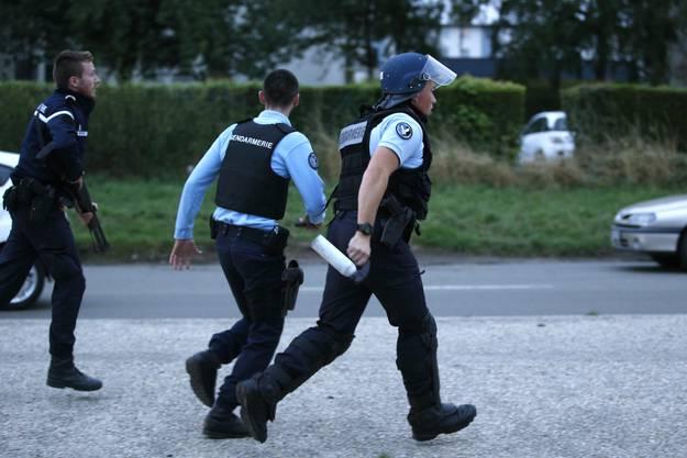 Polizisten bewachen das Fahrende-Gelände.