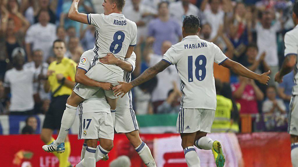Wird von seinen Teamkollegen nach dem 2:1 gegen Celta Vigo gefeiert: Real Madrids Toni Kroos