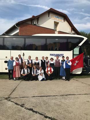 VT-Gruppe vor dem Reiscar in Ungarn mit Fahnenschwinger und Ländlerkapelle