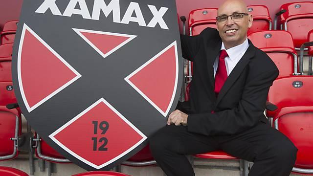 Christian Binggeli präsentiert das neue Xamax-Logo.